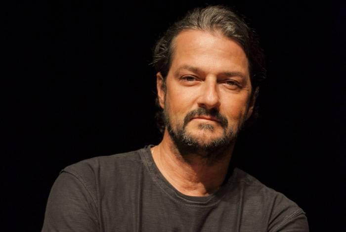 Marcelo Serrado se apresenta em show ao vivo na internet