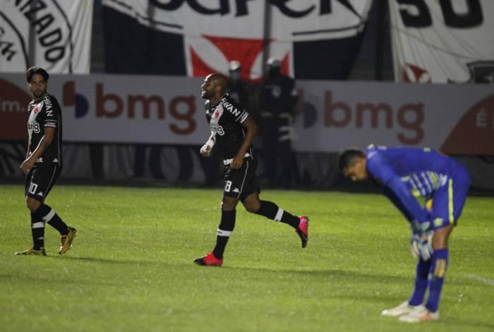 Rindo à toa: Fellipe Bastos celebra após deixar sua marca, para abatimento do goleiro Maílson