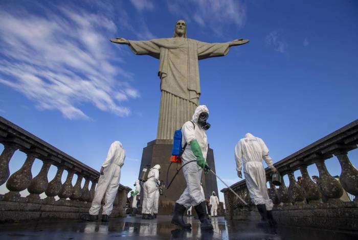 Militares fizeram a desinfecção do Santuário Cristo Redentor, que será reaberto ao público amanhã
