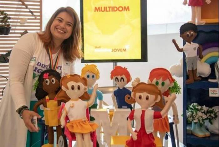 ZONA OESTE - INCLUSÃO NAS ESCOLAS - Rosiane atua com 25 personagens de pano com deficiências variadas