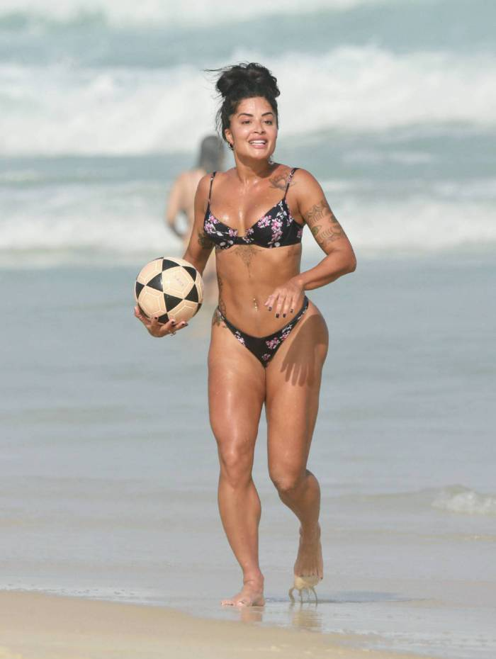 Aline Riscado joga altinha na praia da Barra da Tijuca