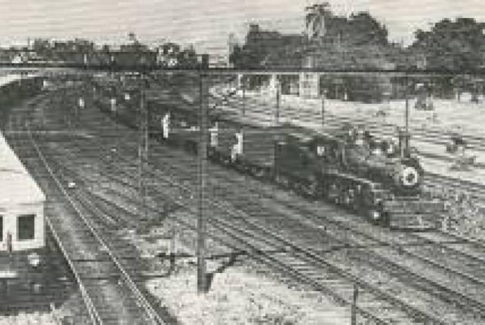 No bairro da Mangueira, trem eletrificado (esquerda) ao lado de um trem a vapor da Central (direita). Anos 1940