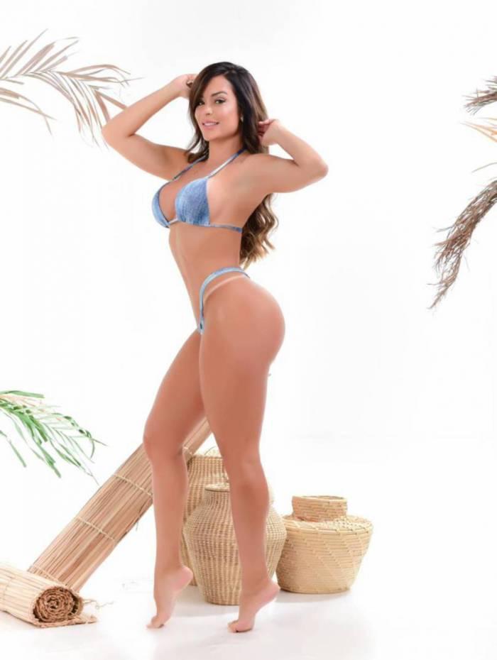 Denise Dias posa para capa de revista