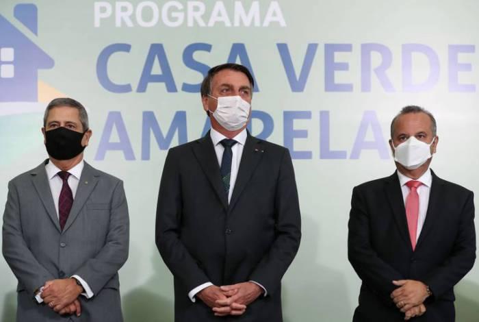 Ministro da Casa Civil, Braga Netto, o presidente, Bolsonaro, e o  ministro do Desenvolvimento Regional, Rogério Marinho, durante lançamento do programa Casa Verde e Amarela