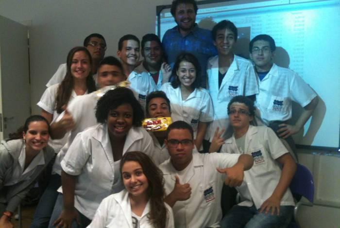 Em 2012, esse colunista com os estudantes do Colégio Estadual José Leite Lopes, na Tijuca.