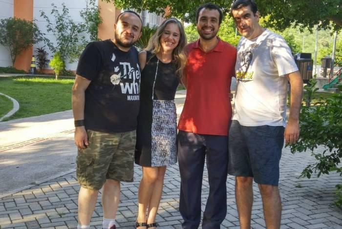 Fernanda Brasil e Gabriel Gontijo ladeados pelo diretor de fotografia Alex Costa (de preto) e o diretor do documentário, Rafael Spaca (de branco)