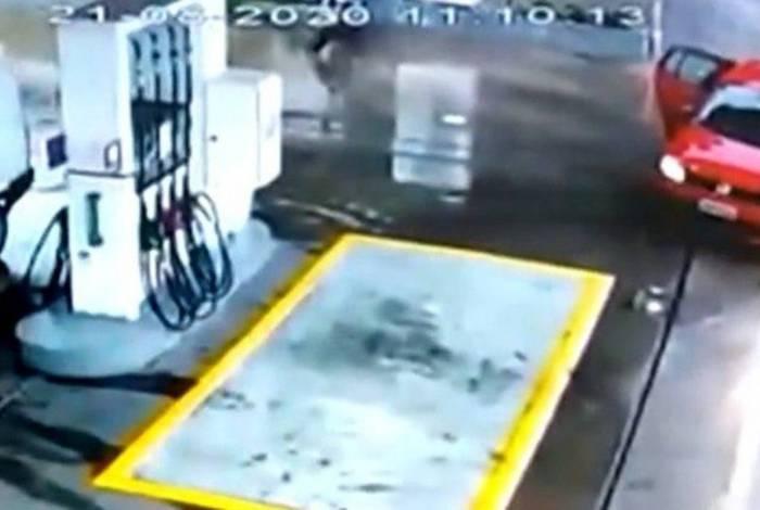Câmera flagra motorista expulsando mulher grávida