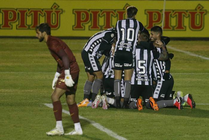 Jogadores do Botafogo comemoram o primeiro gol, marcado por Marcelo Benevenuto: após dois anos, time avança à quarta fase da Copa do Brasil