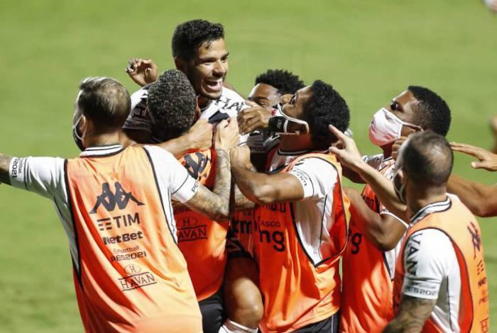 Henrique comemora com os companheiros o primeiro gol do Vasco