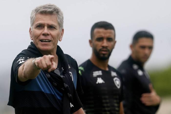 Paulo Autuori orienta Caio Alexandre e Danilo Barcelos em treino no Nilton Santos