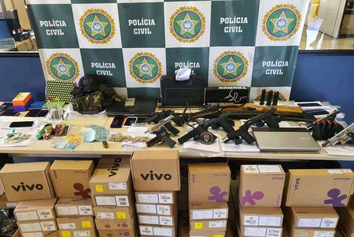 Durante operação, a Polícia Civil apreendeu armas, munições, drogas e aparelhagem para 'gatonet'