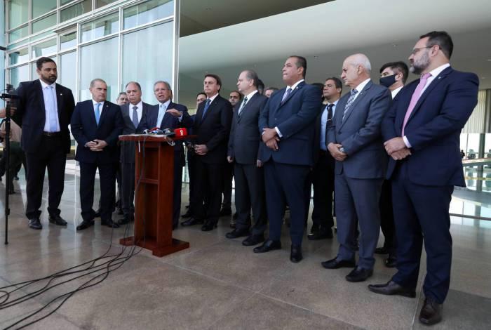 Coletiva na porta do Alvorada: Bolsonaro, Guedes, Lorenzoni entre outros no anúncio da prorrogação  e redução do auxílio emergencial