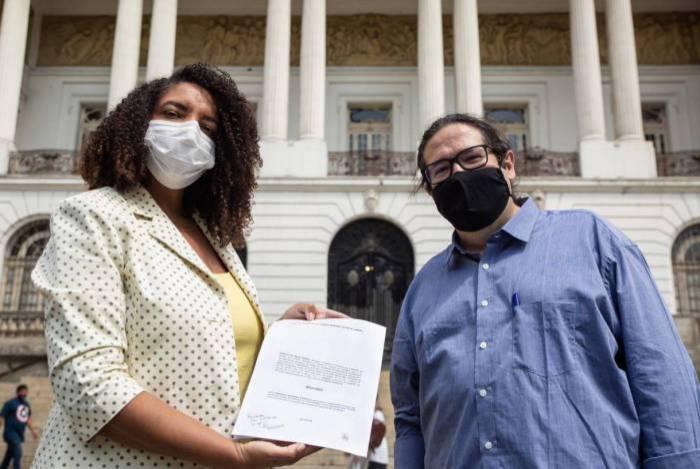 A deputada Renata Souza e o vereador Tarcísio Motta, ambos do PSOL, exibem o pedido de impeachment, que deverá ser votado amanhã