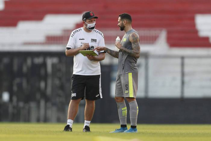 Thiago Kosloski conversa com Leandro Castan em treino: o auxilar volta a substituir Ramon no domingo