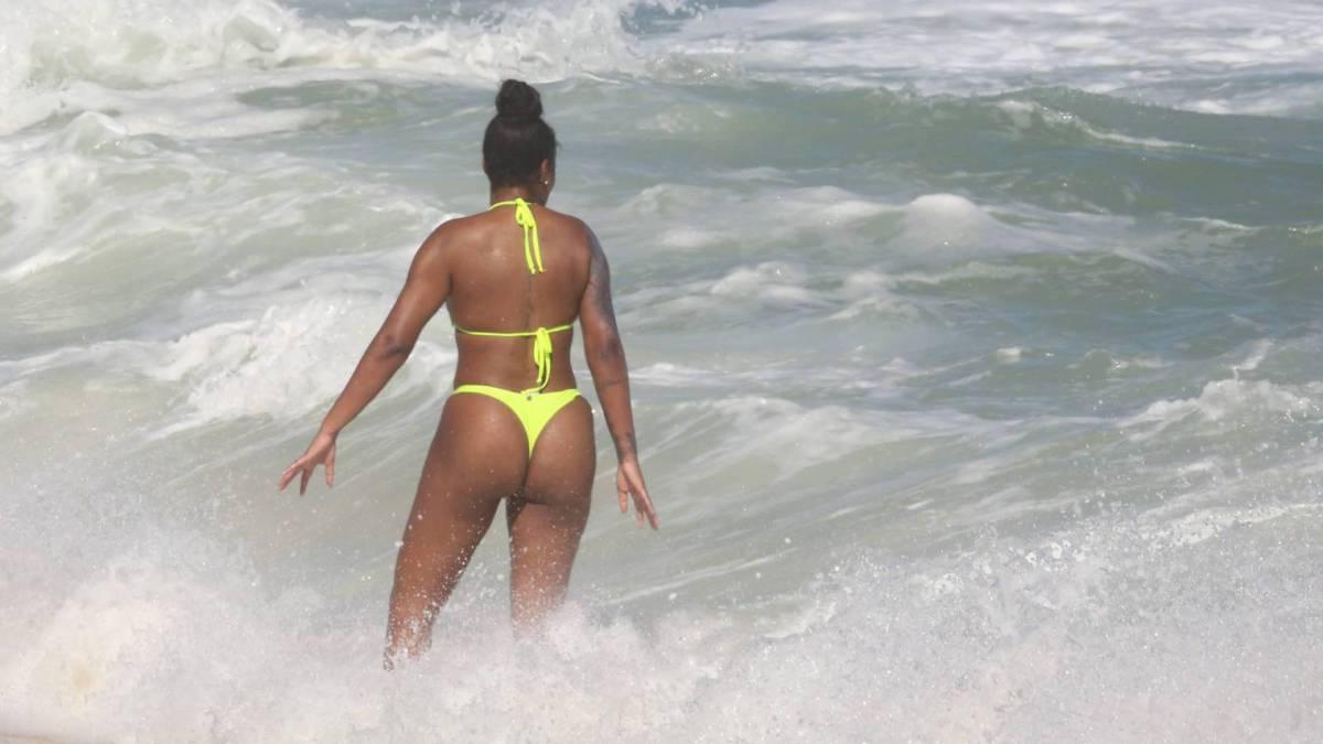 Ludmilla se diverte na praia com a mulher, Brunna Gonçalves
