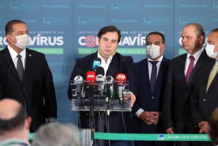 Maia recebeu a PEC pelo ministro Jorge Oliveira (Secretaria-Geral), ao lado do líder do governo, Ricardo Barros (PP-PR)