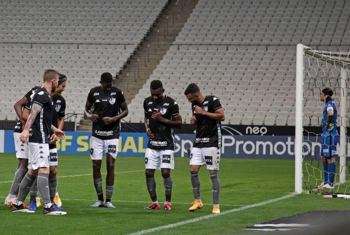 Kalou celebra com os companheiros o seu primeiro gol com a camisa alvinegra
