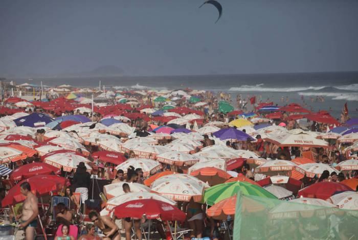 Na Praia do Pepê, na Zona Oeste, a faixa de areia estavas lotada