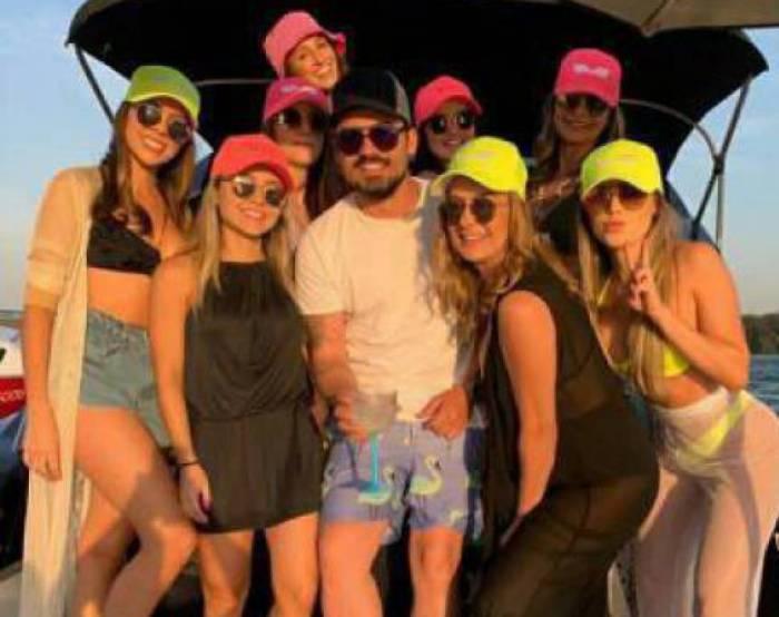 Fernando Zor cercado de mulheres