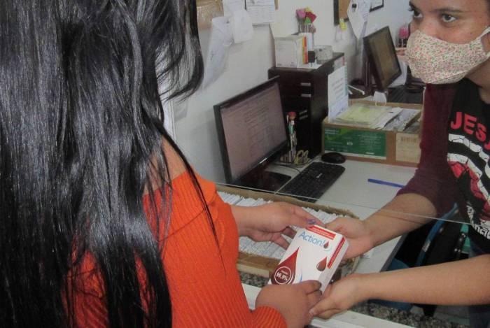Na caixa do autoteste contém manual de instrução, lanceta automática estéril, dispositivo de coleta de amostra, curativo adesivo e sachê com álcool