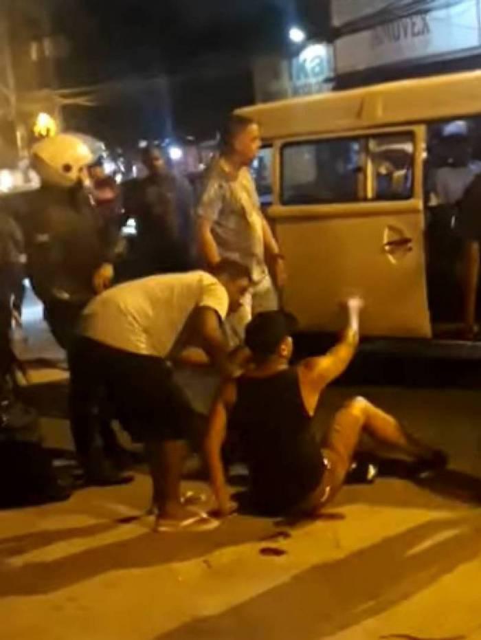 O motorista caído depois de ser baleado pela policial militar