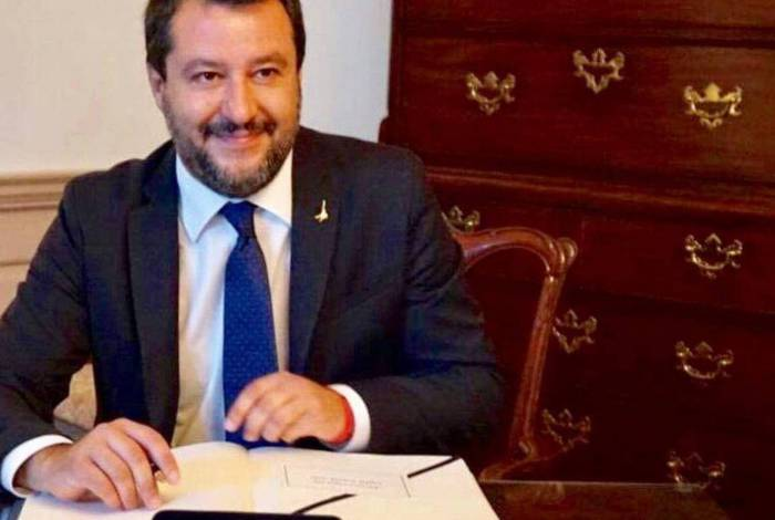 Senador Matteo Salvini da Itália foi recebido com vaias e tomates em comício