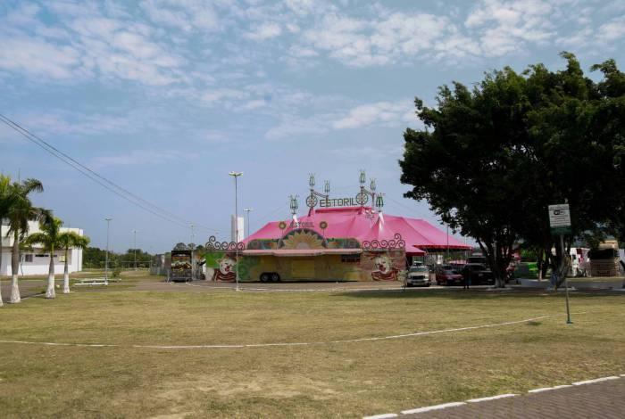A lona cor de chiclete já está armada na área da Expo para receber os espectadores dentro dos seus veículos
