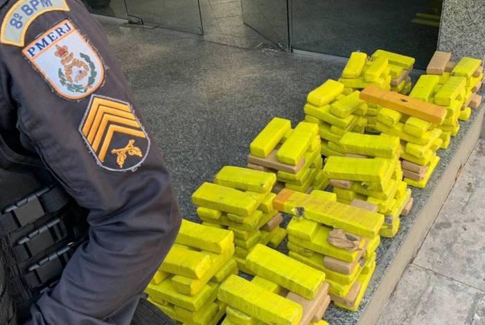 PM apreende mais de 300 kg de maconha em Campos