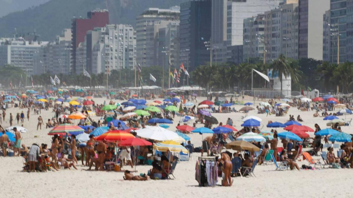Rio de Janeiro - RJ - 12/09/2020 - Movimentacao pelos parques e orla da cidade, na foto praia do Leme - Foto Gilvan de Souza / Agencia O Dia