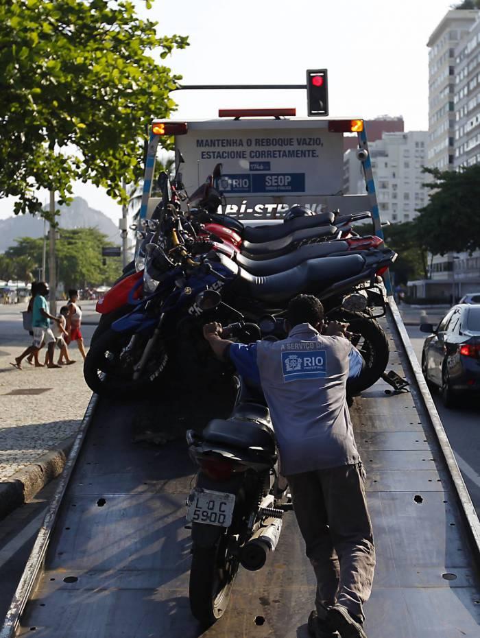 Novo decreto proíbe estacionamento nos fins de semana e feriado em toda orla do Rio. Na foto acima funcionarios da prefeitura rebocando motos na Av. Atlantica na praia do Leme