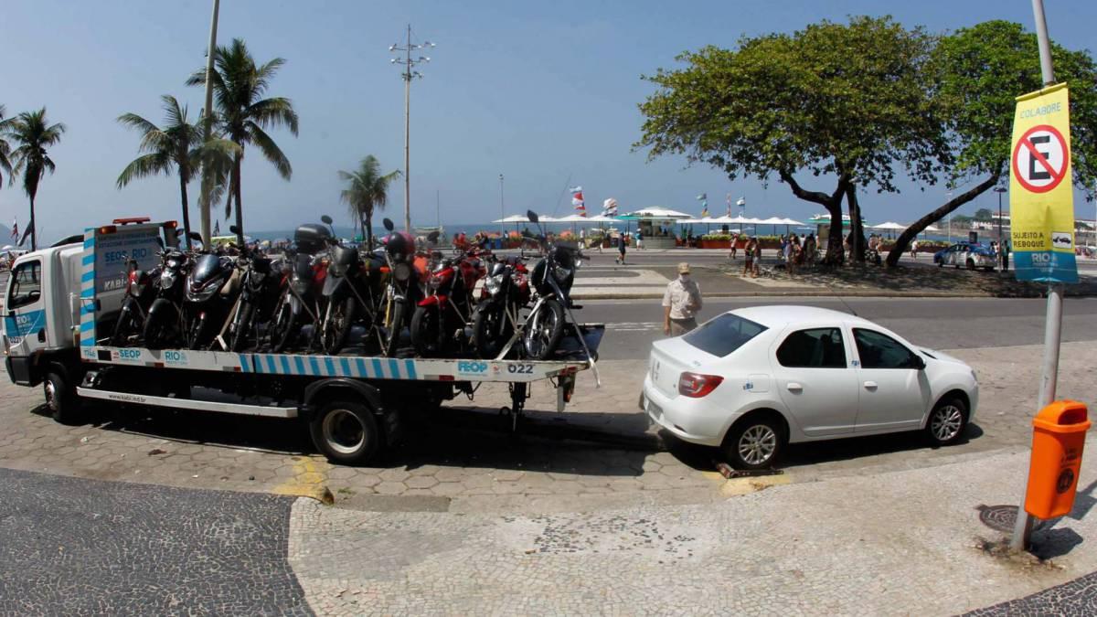 Rio de Janeiro - RJ - 13/09/2020 - Carro sendo rebocados na Orla de Copacabana apos a proibicao da prefeitura - Foto Gilvan de Souza / Agencia O Dia