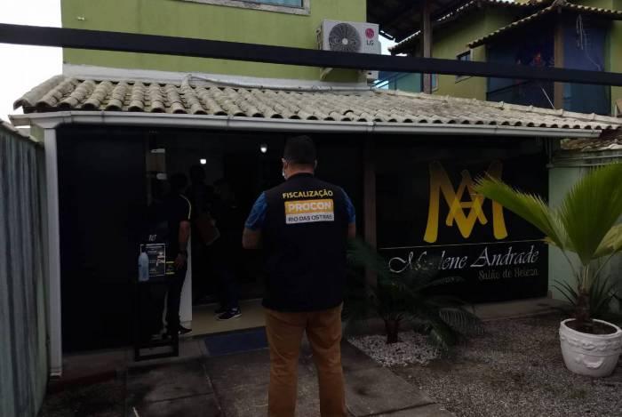 O Procon Rio das Ostras informou que a população pode fazer denúncias de comércios que não estejam cumprindo as recomendações de saúde e segurança
