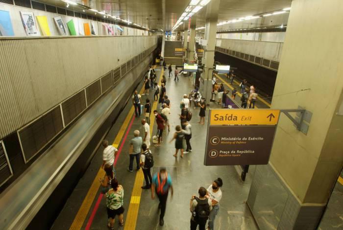Normalmente abarrotada de pessoas o dia inteiro, a plataforma da estação Central do Brasil fica vazia em tempos de pandemia