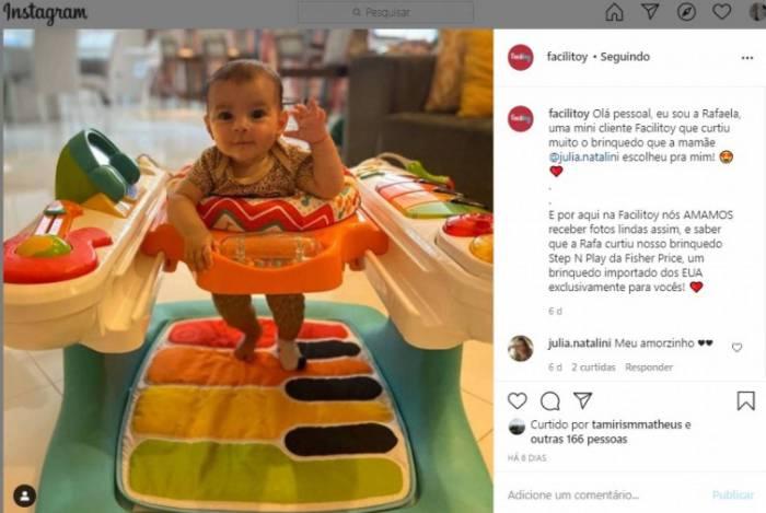 A bebê Rafaela se divertindo com seu brinquedo da Facilitoy