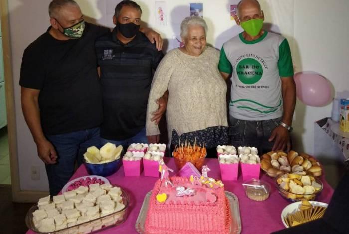 Dona Maria e filhos: reunião emocionante após quase 50 anos desaparecida. Festa com doces e bolo para marcar o reencontro