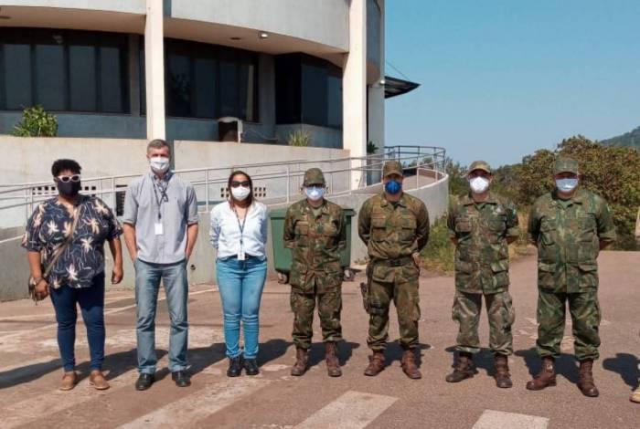 Funcionários do Porto e militares na inspeção: desinfecção de instalações a ser executada pela Marinha