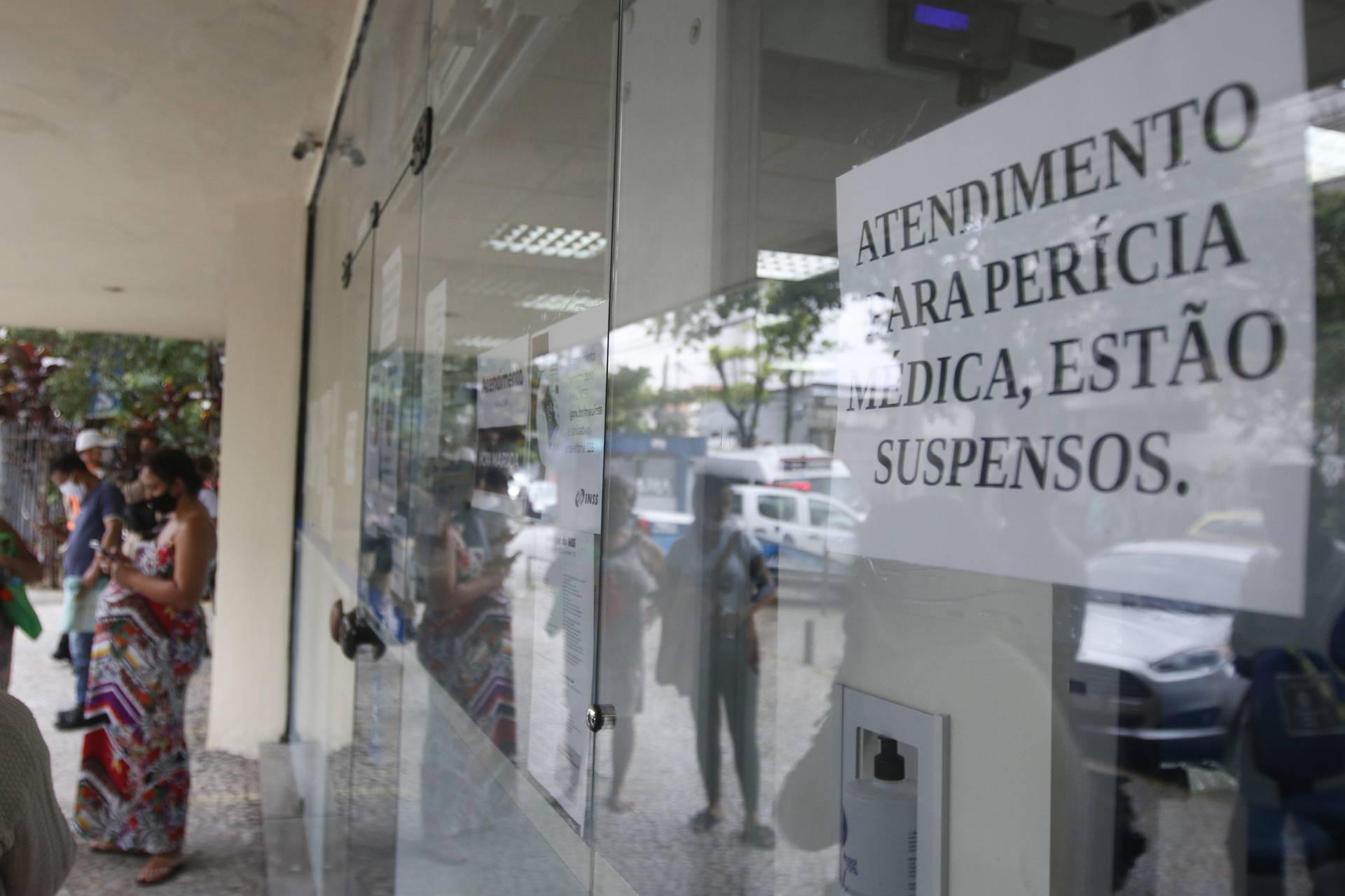 Cartaz na porta do posto do INSS no Méier avisa sobre suspensão de atendimento de perícias médicas