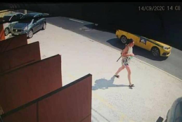 Jovem aparece em imagens de segurança do local carregando duas bolsas