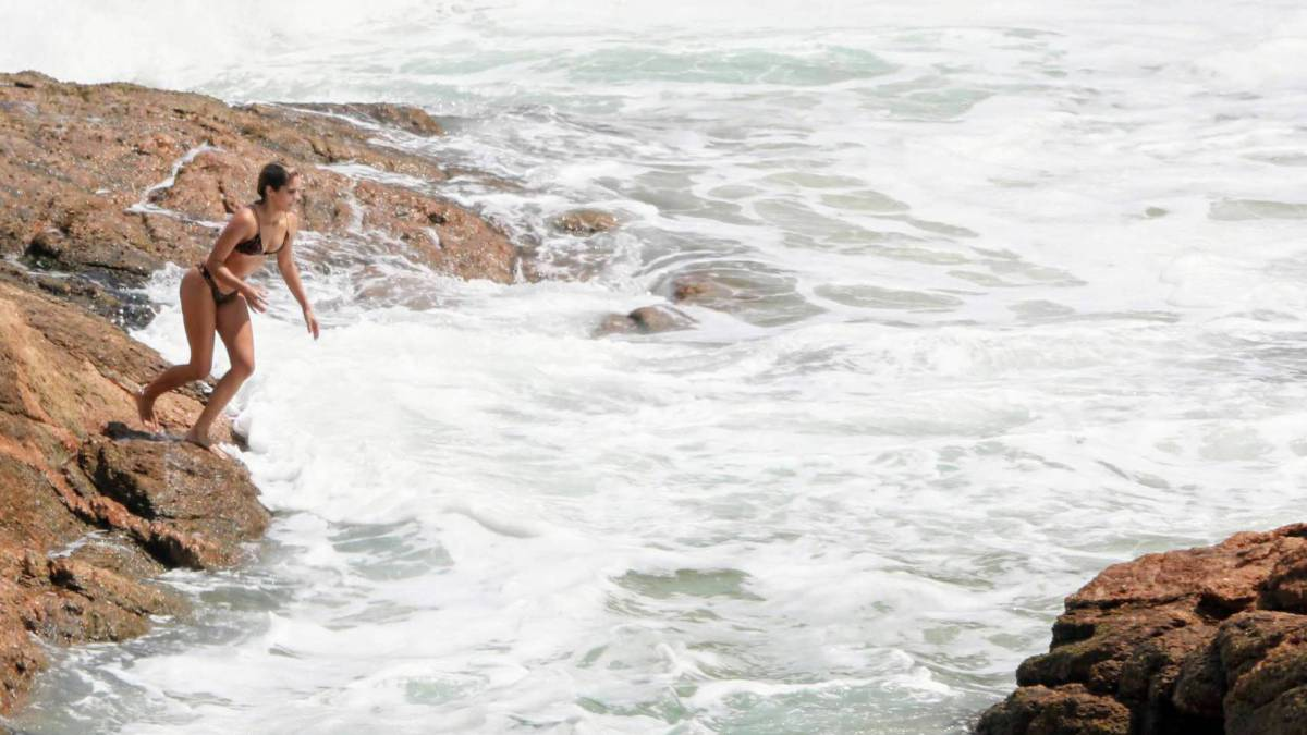 Isabella Santoni curte o dia na Praia da Joatinga, na Zona Oeste do Rio