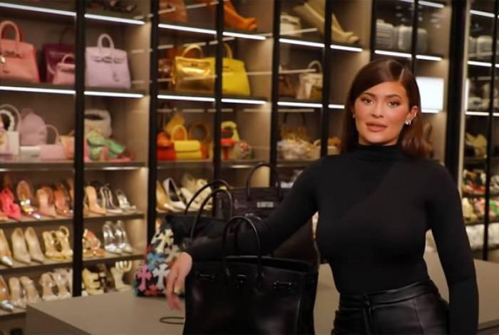 Kylie Jenner grava vídeo dentro do closet