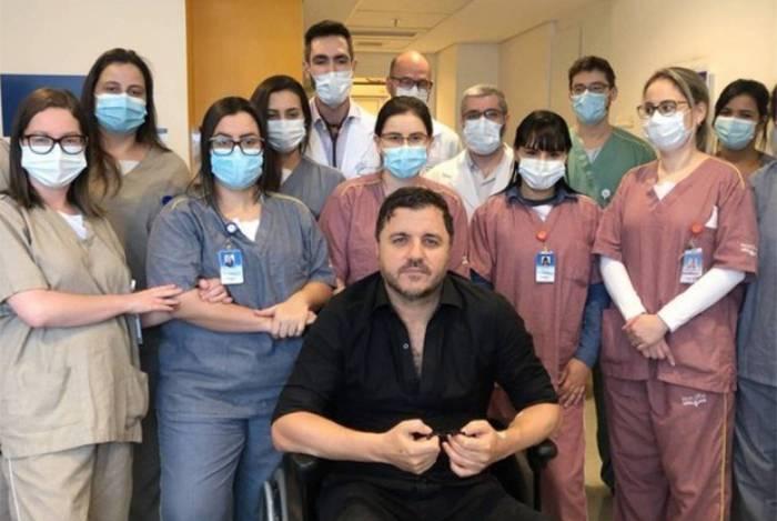 Maurício Manieri recebe alta do hospital