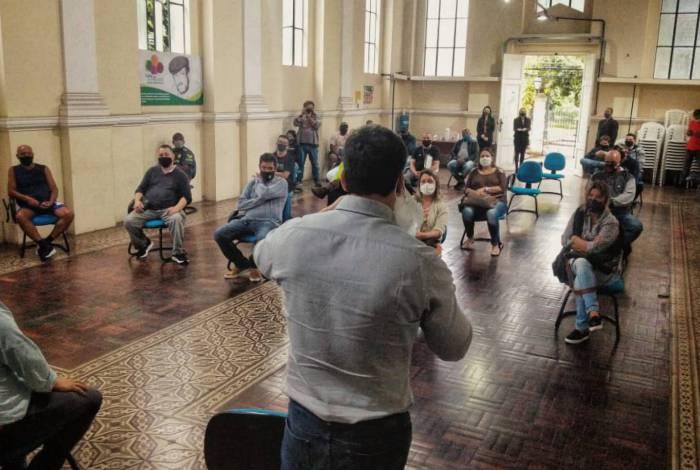 Prefeito Bernardo Rossi em reunião onde anunciou o retorno da atividade dos bares em Petrópolis