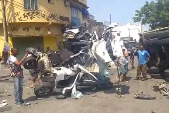 Veículos destruído após ser atingido por caminhão em São João de Meriti