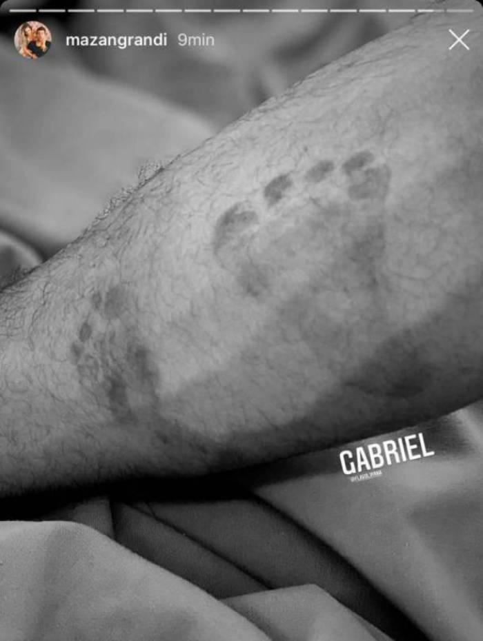 Marcelo Zangrandi mostra marcas dos pezinhos do pequeno Gabriel