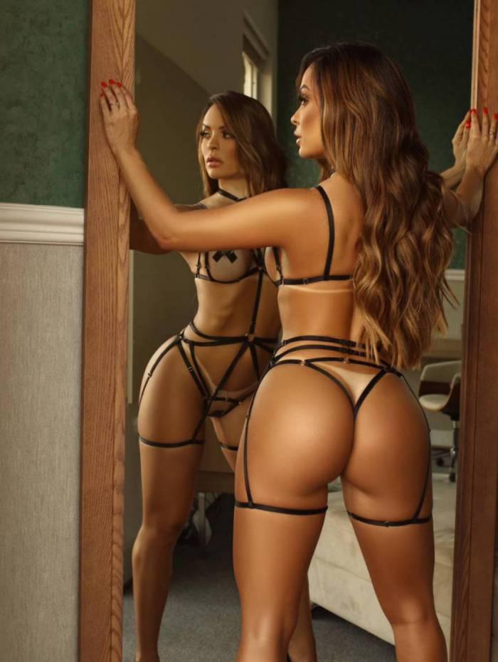 Denise Dias mostra corpão em ensaio sensual
