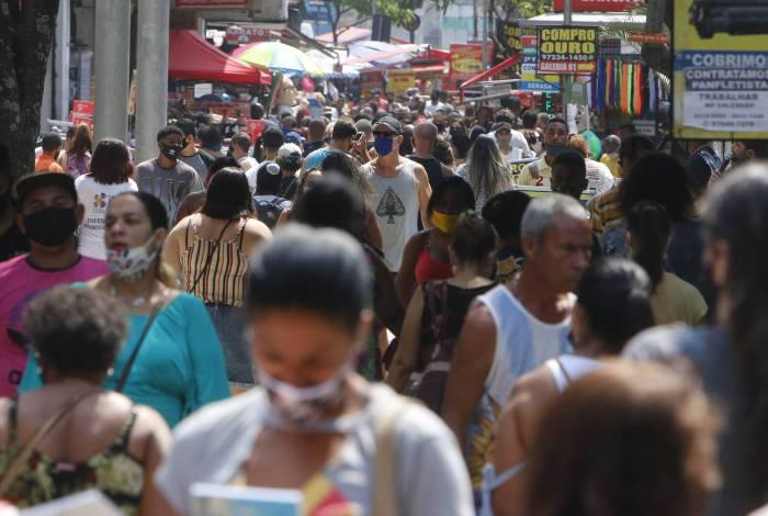 Aglomerações, como no Calçadão de Campo Grande, aumentam o risco de contágio pela Covid-19