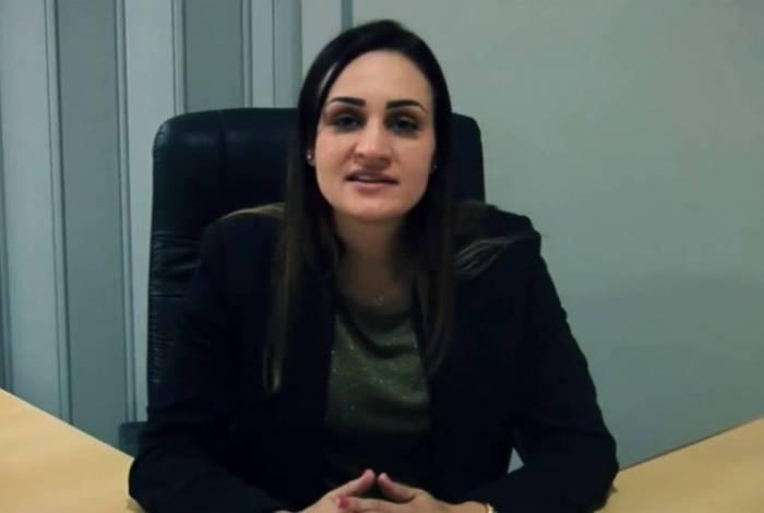 A secretária Carine Tavares