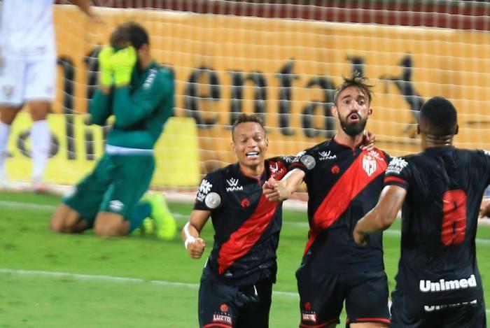 Jogador Matheus Vargas comemoram  o gol  durante jogo entre Atlético(GO) e Fluminense(RJ), válido pela Copa do Brasil ,no Estádio Olímpico Pedro Ludovico Teixeira, na cidade de Goiânia (GO),nesta quinta feira(24).
