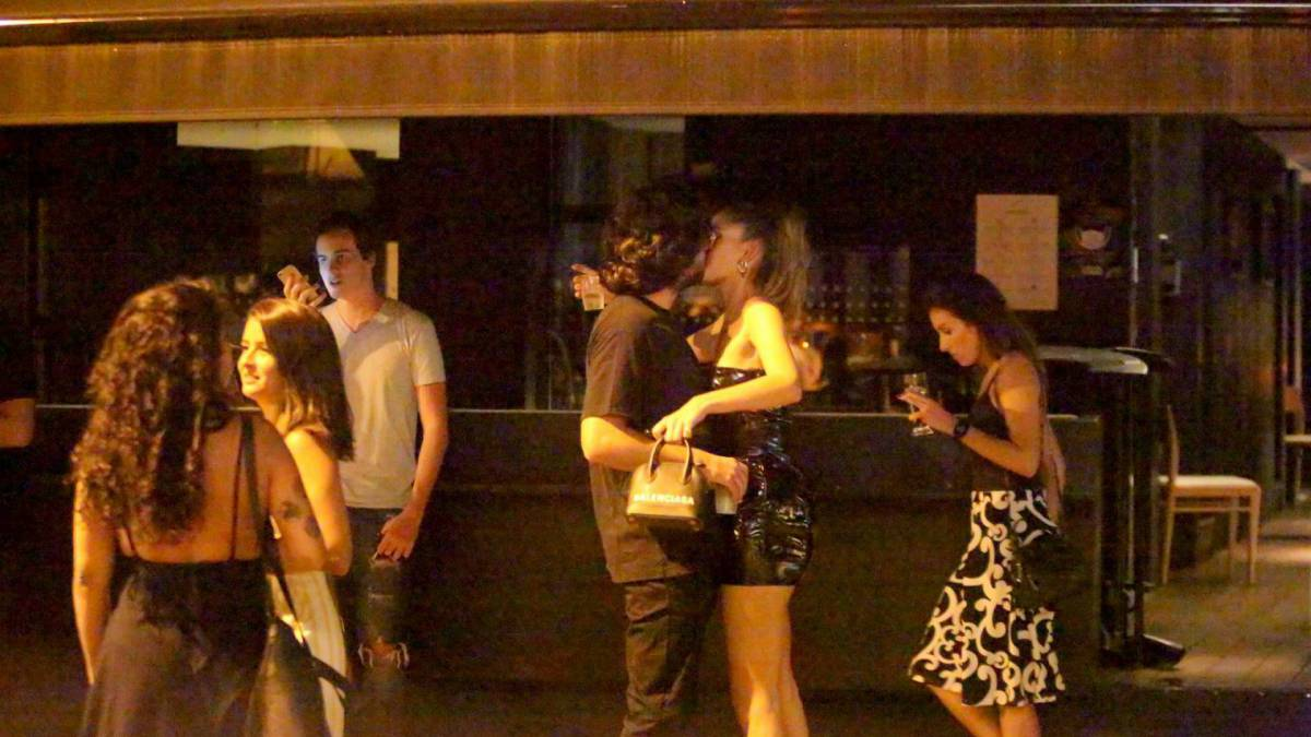 Laura Fernandez troca beijos com novo namorado no Leblon, na Zona Sul do Rio