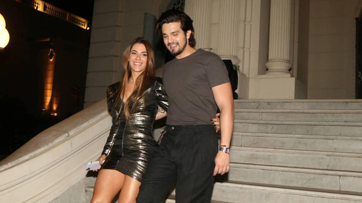 Luan Santana deixa o local com a namorada, Jade Magalhães